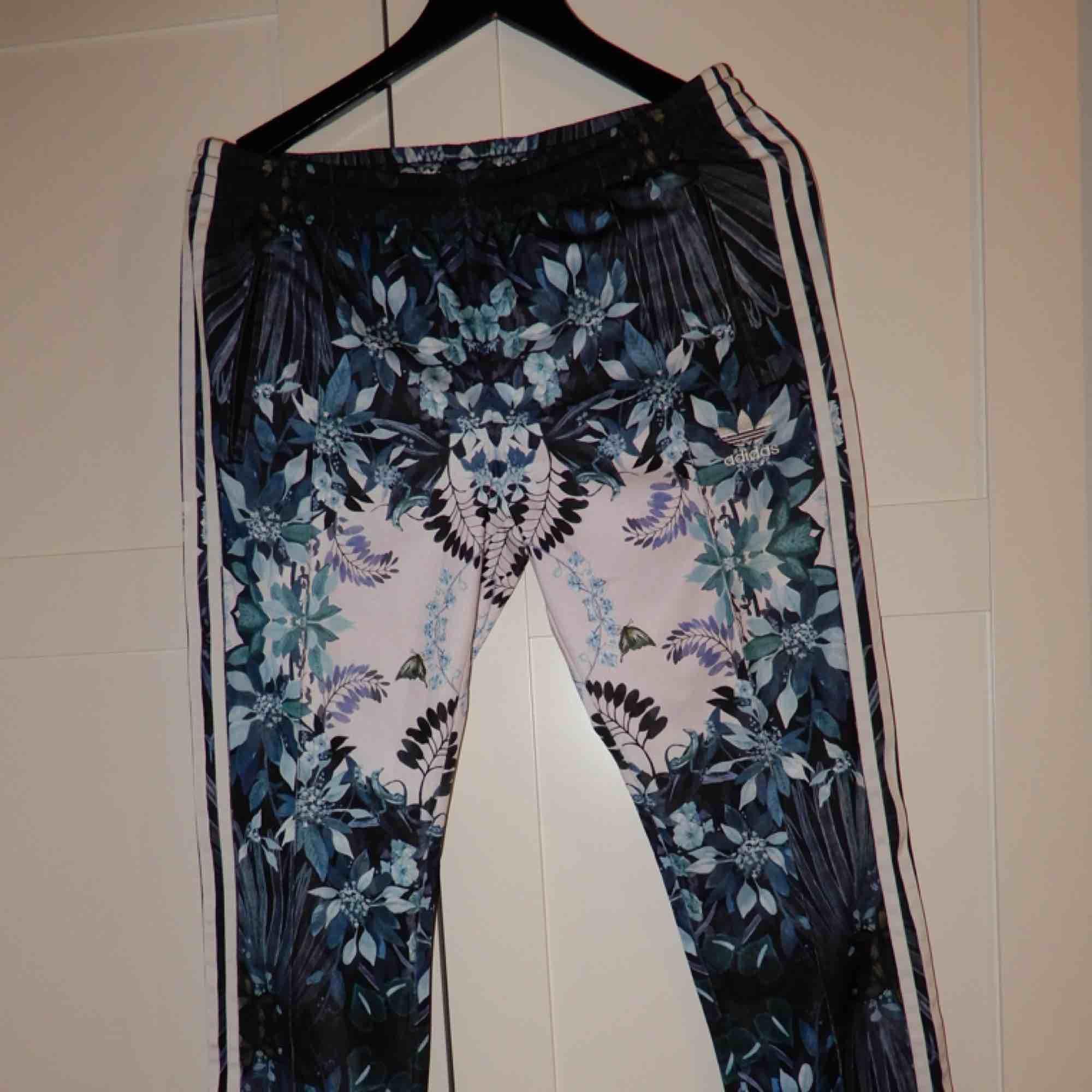 Riktigt snygga mönstrade adidas byxor, säljer då dem är lite små på mig så jag aldrig använt dem. Bara att fråga om du vill ha bild hur de ser ut på ! . Jeans & Byxor.