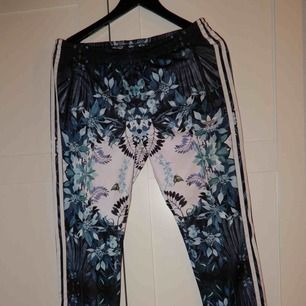Riktigt snygga mönstrade adidas byxor, säljer då dem är lite små på mig så jag aldrig använt dem. Bara att fråga om du vill ha bild hur de ser ut på !