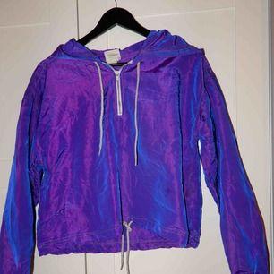 En skiftande lila färgad jacka, köpt på beyond retro men har aldrig använt den. Bara att fråga om du vill ha bild hur den ser ut på !