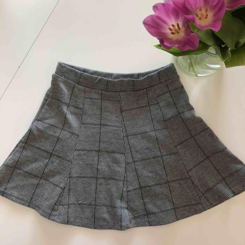Jättefin rutig kjol som funkar till alla outfits, nypris 400 kr. och kommer från Zara. använd 2 gånger och säljer pga att den är för liten för mig. Hör gärna av för mer bilder och om du är intresserad . Kjolar.