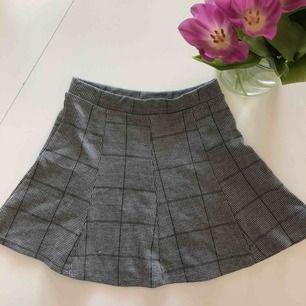 Jättefin rutig kjol som funkar till alla outfits, nypris 400 kr. och kommer från Zara. använd 2 gånger och säljer pga att den är för liten för mig. Hör gärna av för mer bilder och om du är intresserad