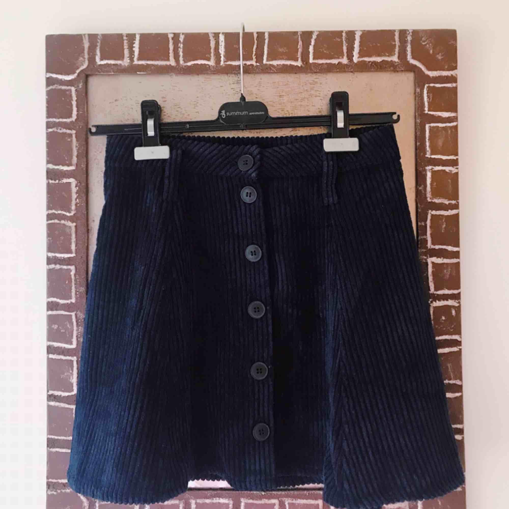mörkblå manchesterkjol från bershka. aldrig använd, prislappen är kvar!. Kjolar.