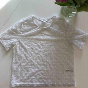En vit mesh T-shirt från monki i storlek M men kan användas från Xs-M, använd 1 gång och säljer pga att den är för liten för mig. och skulle vara väldigt snyggt till våren som kommer. Hör gärna av dig om du vill ha mer bilder eller info om tröjan