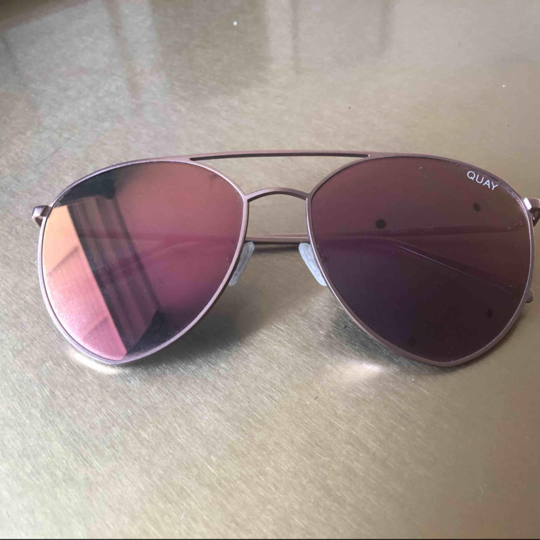 Solbrillor från Quay Australia köpt för två somrar sedan. Sparsamt använda utan repor. Tight passform. . Accessoarer.