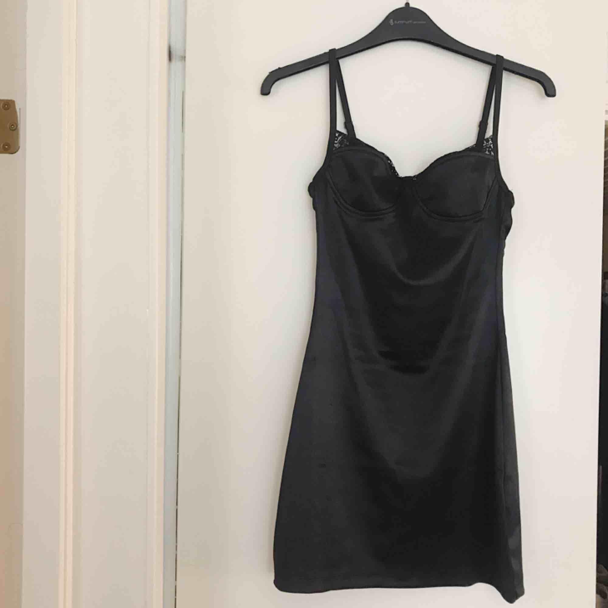 klänning från motel rocks, stretchigt satintyg med spetsdetaljer. helt oanvänd, prislappen kvar!. Klänningar.