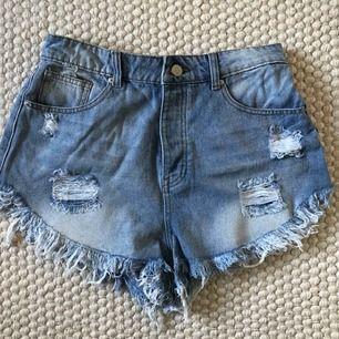 Jeansshorts med slitningar från Boohoo. Köpta förra sommaren, helt oanvända då de är lite stora.