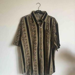 Snygg oversized skjorta köpt second hand säljas. Frakt 30kr tilkommer.