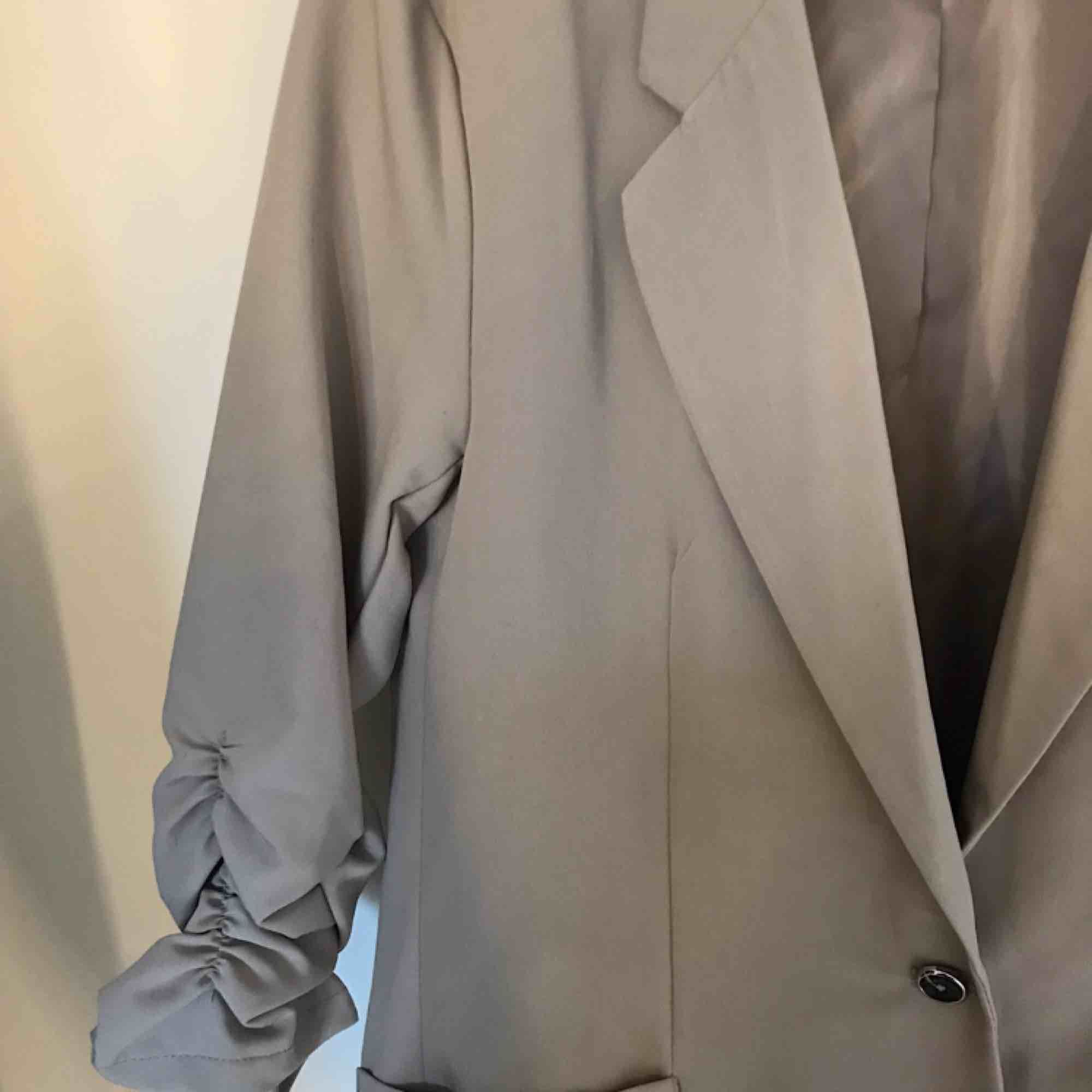 En beige blazer som passar till allt! Denna är liten i storleken, men har ändå ett stretchigt material vilket för den bekväm. Köpt på newyorker, säljes för 100 kr + frakt (60 kr) . Jackor.