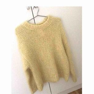 Helt ny och oanvänd tröja i mohair. Storlek S. Inköpt för 499 kr.