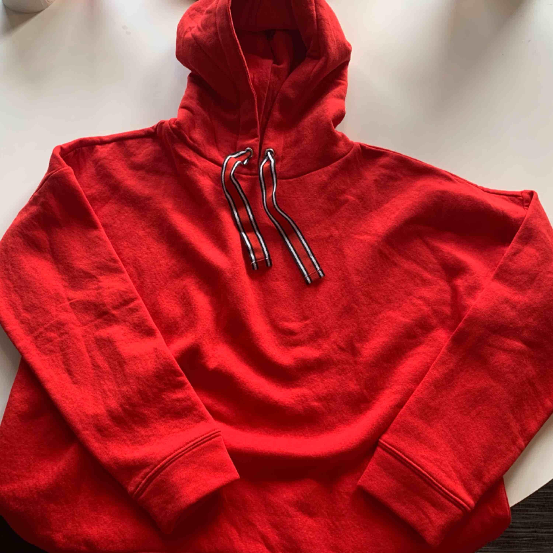 Röd hoddie från gina tricot, aldrig använd. Huvtröjor & Träningströjor.