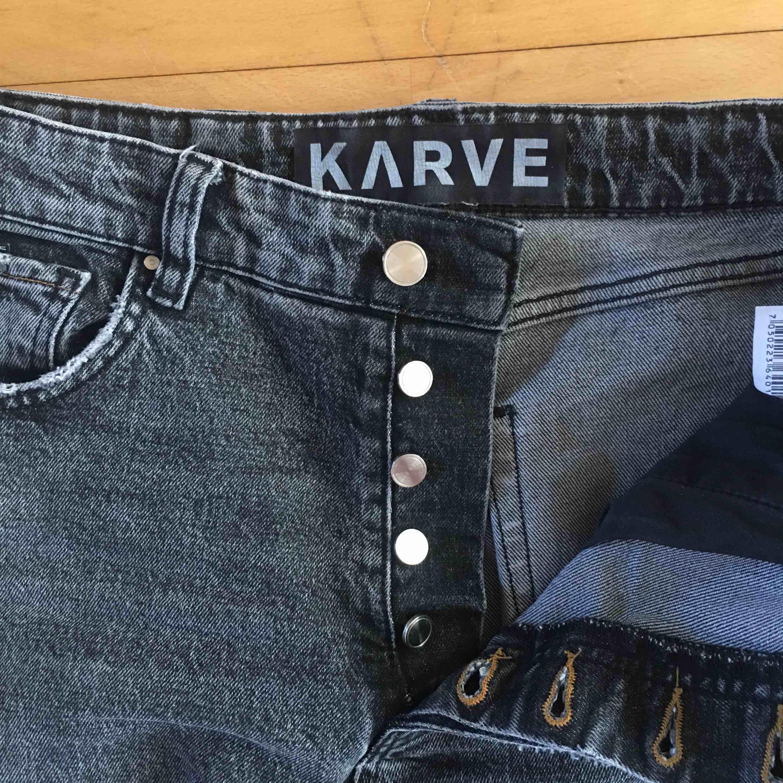 Gråa byxor från KARVE. Har älskat de men tröttnat på de. Det är bra stretch och skönt material. De är även högmidjade. Många knappar, 5 stycken. Inte använt de så mycket. . Jeans & Byxor.