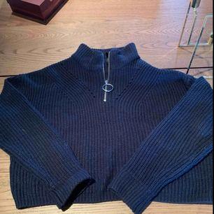 Blå stickad tröja med dragkedja upptill från hm