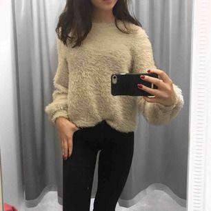 Super mysig beige fluffig tröja köpt på Gina tricot!