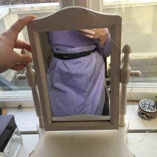 Lila kjol. Stor i midjan men jag har satt skärp över när jag använd den. Köparen står för frakt