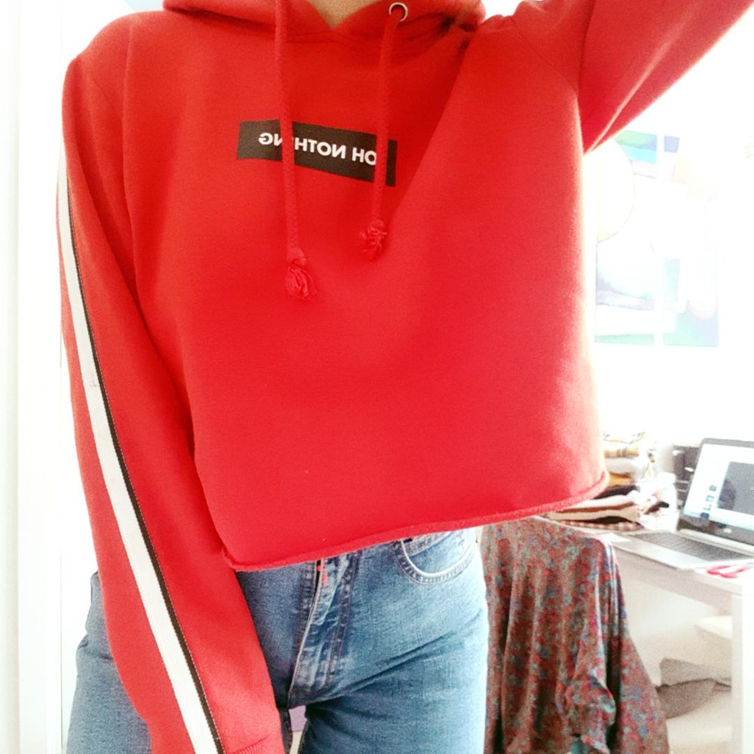 Comfy cropped red hoodie. Logo says: ohh nothing. Stripes on arms. Huvtröjor & Träningströjor.
