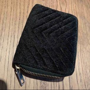 Svart sammet plånbok från bikbok