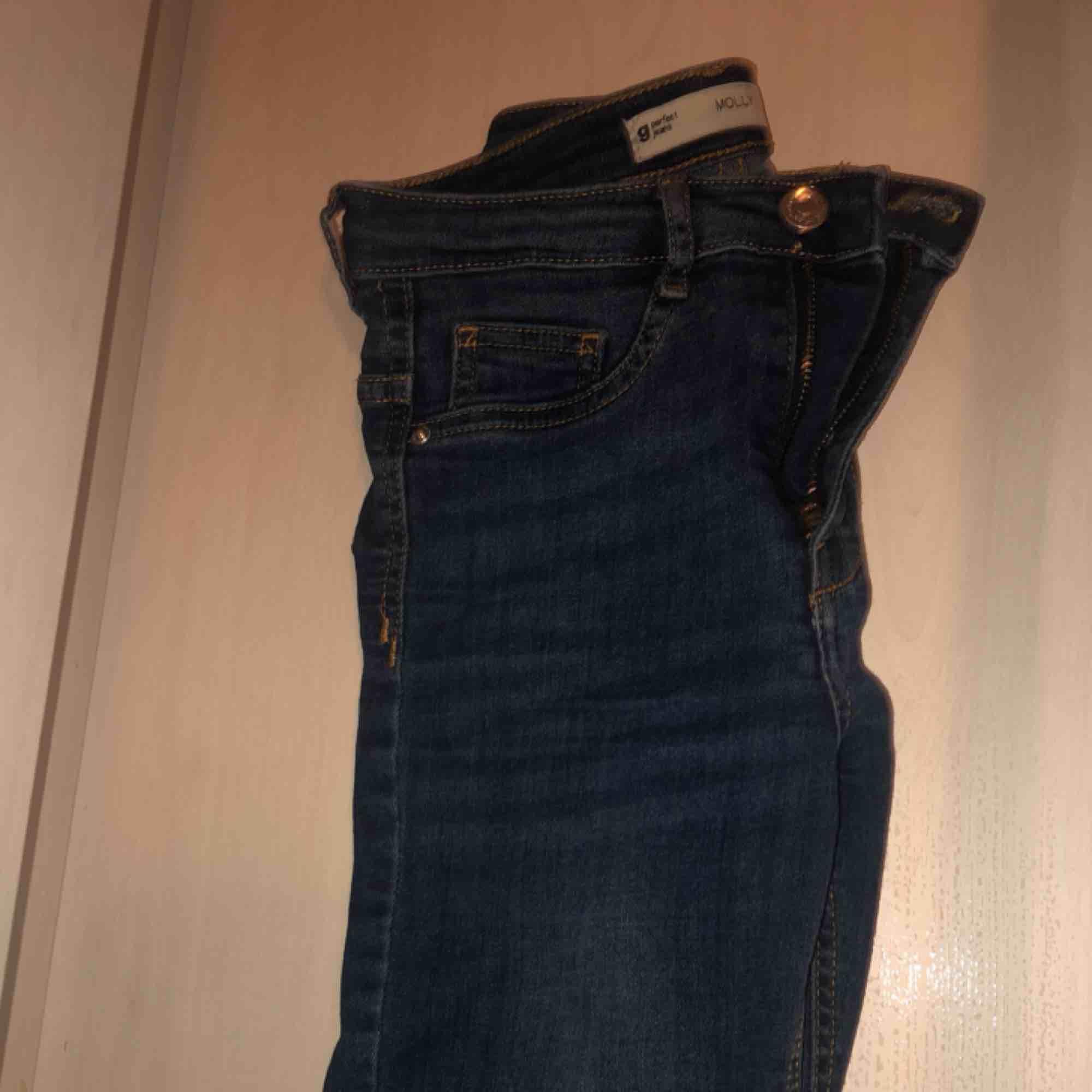 Supersnygga blå mollyjeans grån gina tricot. Högmidjade. Använda några gånger bara. Jeans & Byxor.