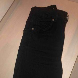 Ett par jättefina svarta högmidjade jeans från bikbok. Ankle modell. Aldrig använda då jag fick två par i present. Pris kan diskuteras vid snabbaffär.