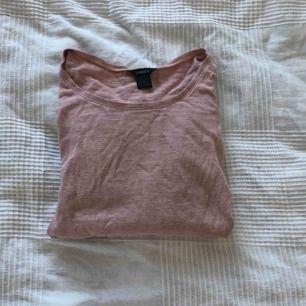 En skön långärmad tröja från Lindex i mysig rosa färg. På andra bilden visas spetsen som sitter längst tröjans kant. Har inga slitningar.   Kan mötas i Bålsta eller frakta. Tar endast emot Swish.  Kunden står för den eventuella frakten.