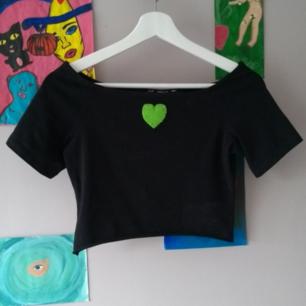 Avklippt offshoulder tröja från HM, jag har broderat ett hjärta i filttyg på fint skick,frakt tillkommer :)