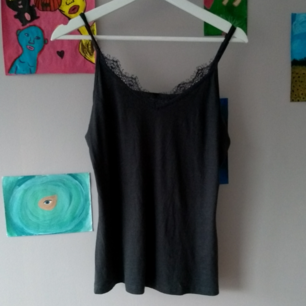 Gråsvart linne från lager 157 med spetskant, justerbara band,frakt tillkommer :)