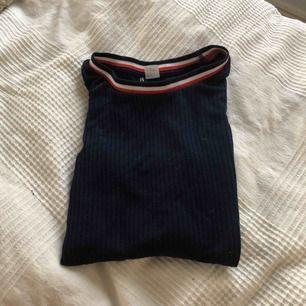Snygg och bekväm tröja köpt från H&M. Är väl använd men har inga slitningar.   Kan mötas i Bålsta eller frakta. Tar endast emot Swish.  Kunden står för den eventuella frakten.