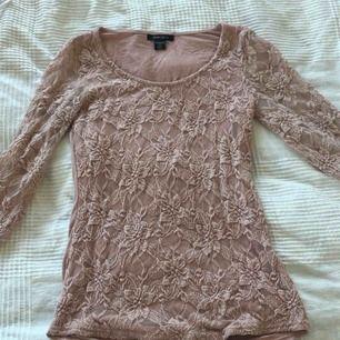 Snygg rosa tröja med spets från NEW YORKER.   Kan mötas i Bålsta eller frakta. Tar endast emot Swish.  Kunden står för den eventuella frakten.