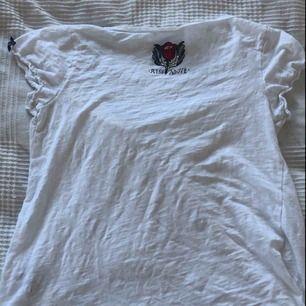 En snygg vit Odd Molly tröja i storlek 0 vilket motsvarar XS. På sista bilden syns fläckar och därav priset.   Kan mötas i Bålsta eller frakta. Tar endast emot Swish.  Kunden står för den eventuella frakten.