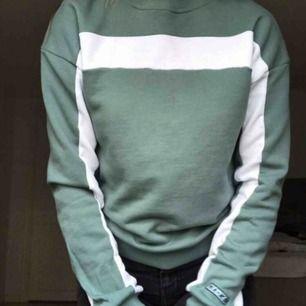 Snygg collage tröja från Nakd storlek XSS men ganska stor i storleken