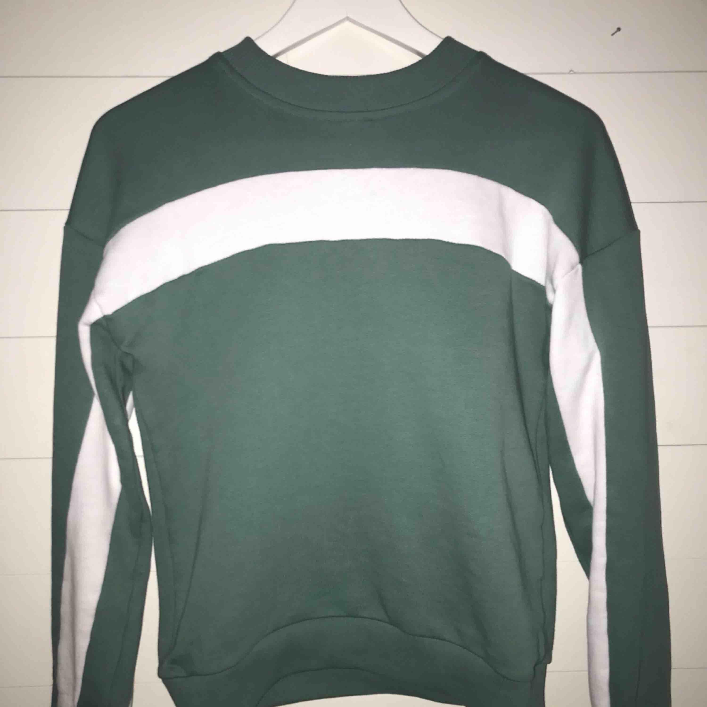 Snygg collage tröja från Nakd storlek XSS men ganska stor i storleken. Huvtröjor & Träningströjor.