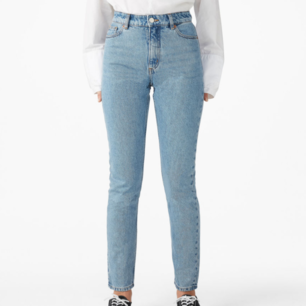Jättefina ljusblå jeans från Monki i modellen kimono x-long, midjemått:68cm innerbensmått:81cm,frakt tillkommer :)