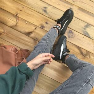 Nästan nya sneakers i perfekt skick. Används bara några gånger. Storlek 37 (23 cm)