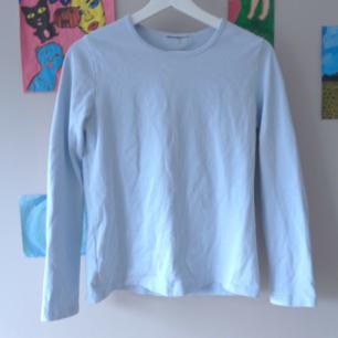 Supermjukt babyblå långärmad tröja, fint skick passar både s och m, frakt tillkommer :)