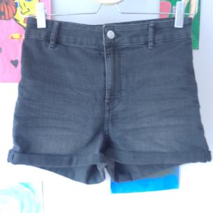 Basic jeans shorts ifrån HM ,ett par för 50 eller båda för 80,frakt tillkommer :)