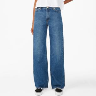 Yoko jeans from Monki, tighten to the knee and become Vida after, hål där bak men har sytts igen och håller,waist size; 70cm inner leg measure: 81cm, freight is added :)