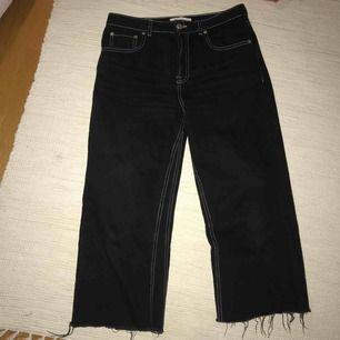 Ett par svarta byxor köpta här på plick som tyvärr var för stora för mig, passar en M/L Med slitna byxben längst ner och vit söm. Sååå fina! Frakt tillkommer🌸