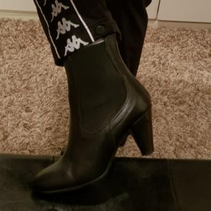 Sjukt stilrena boots som passar allt!! Användes en gång och säljs på grund av fel storlek! Väldigt fint skick.