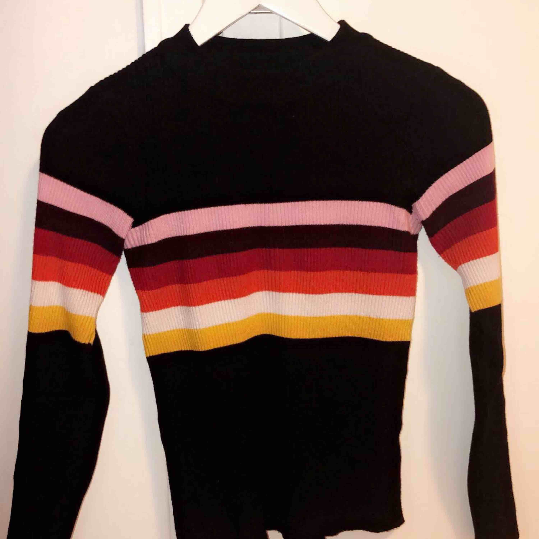 Världens finaste tröja från NewYorker, står i strl S men sitter väldigt tajt som en XS. Använd väldigt fåtal gånger, som ny. . Huvtröjor & Träningströjor.