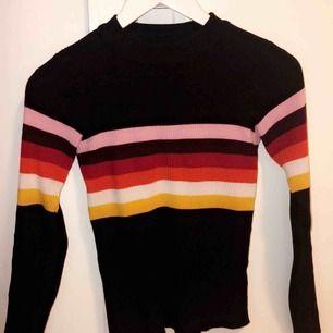 Världens finaste tröja från NewYorker, står i strl S men sitter väldigt tajt som en XS. Använd väldigt fåtal gånger, som ny.