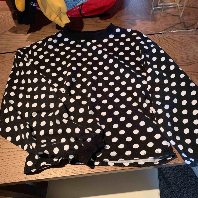 Prickig tröja från Nelly, begangnat skick. Lite urtvättad.. Huvtröjor & Träningströjor.