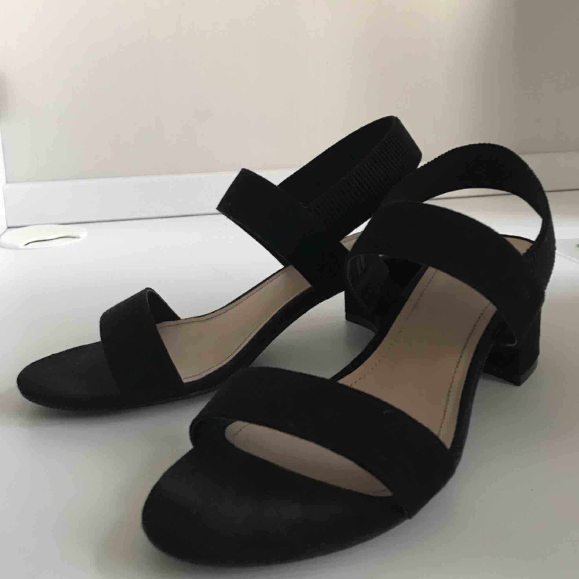 Jättefina sandal-klackar från H&M. använda en gång, men i fint skick. kan mötas upp i sthlm eller norrköping, annars står köparen för frakt✨. Skor.