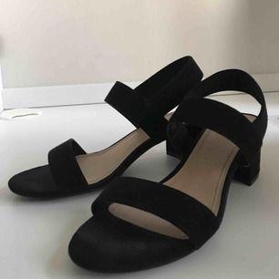 Jättefina sandal-klackar från H&M. använda en gång, men i fint skick. kan mötas upp i sthlm eller norrköping, annars står köparen för frakt✨