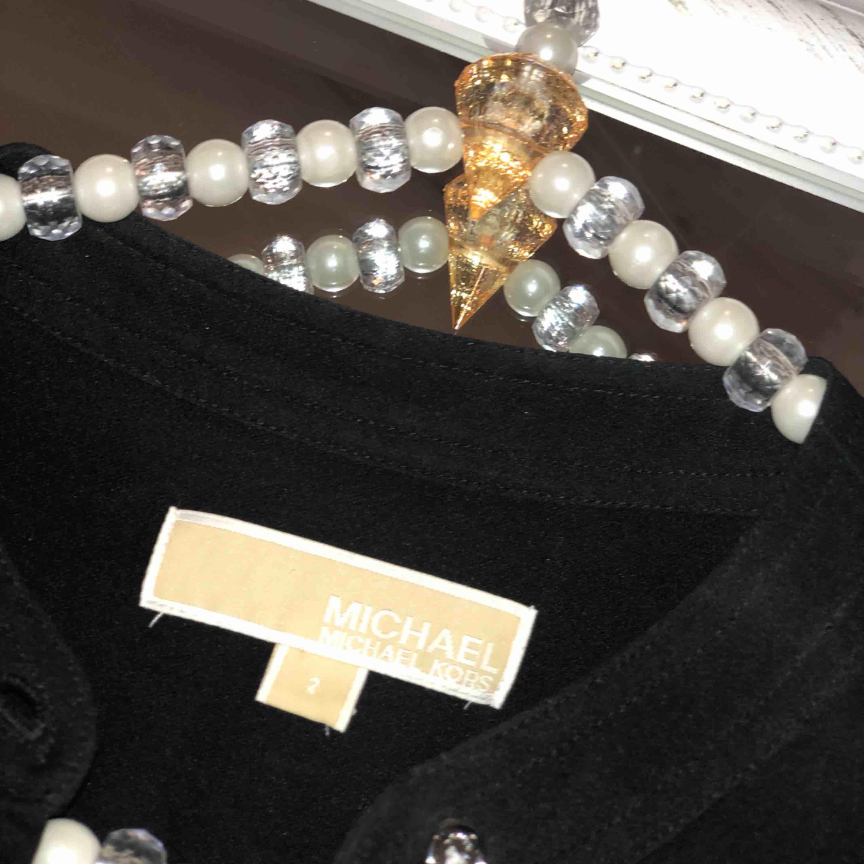 Michael Kors klänning i strl M, men är som en S.  Använd endast en gång. Köpare betalar frakt 🌼. Klänningar.