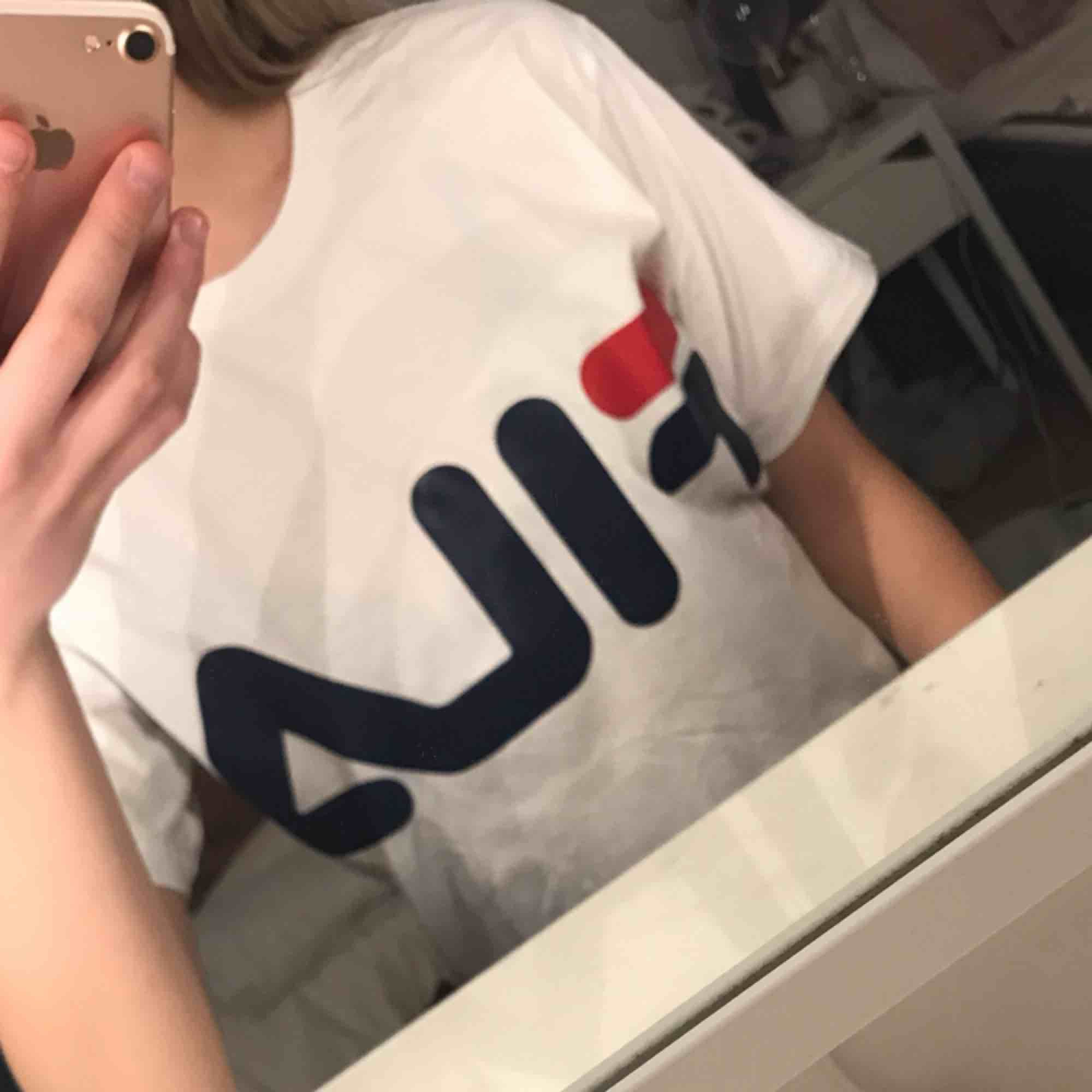 Knappt använd t-shirt från Fila. T-shirts.