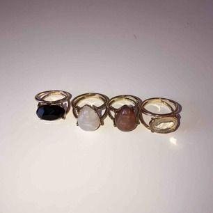 Svarta och rosa ringen är storlek XS/S och de två andra i storlek S/M, 10kr per ring