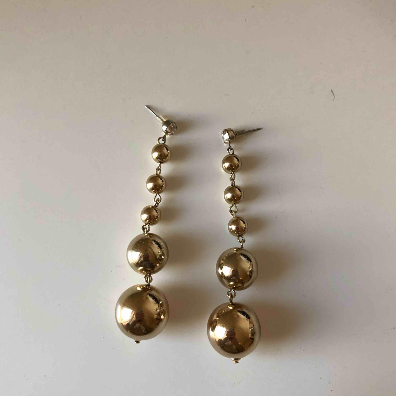 Oanvänd örhängen från Gina Tricot. Accessoarer.