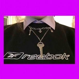 Så fint trendigt halsband med en nyckel på! Perfekt kvalité och aldrig använt💓 köparen står för frakt på 9kr. Sammanlagt: 89