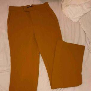 Oanvända kostymbyxor från Zara i senapsgul färg