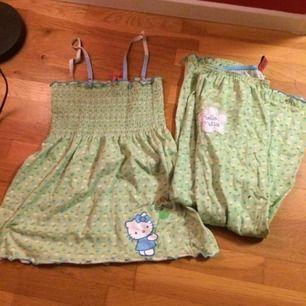 Väldens sötaste ljusgröna set med Hello Kitty i stl M. Använt men fortf i fint skick :) priset är inkl frakt