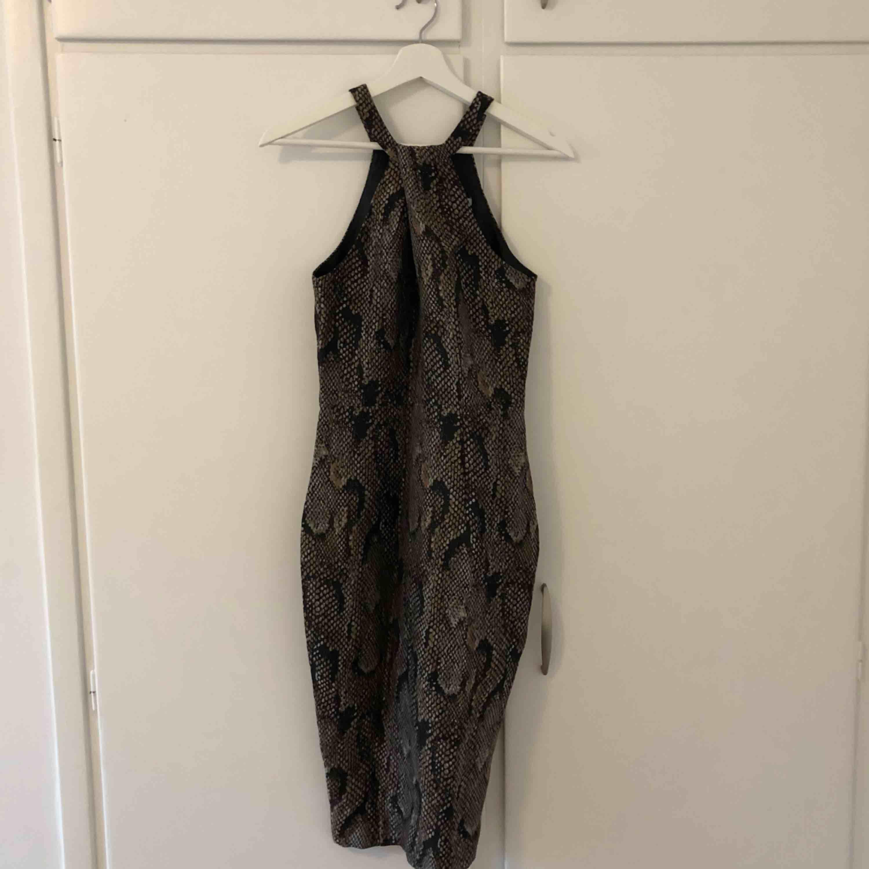 Oanvänd klänning från H&M. Klänningar.
